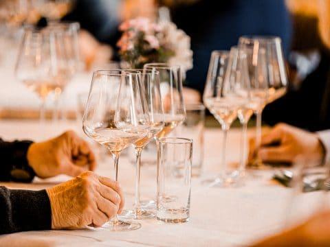 Weingläser am Tisch